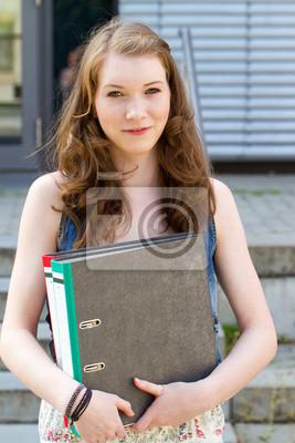 Junge Frau mit Ordner in der Hand