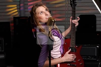 junge Frau mit Rock-Gitarre