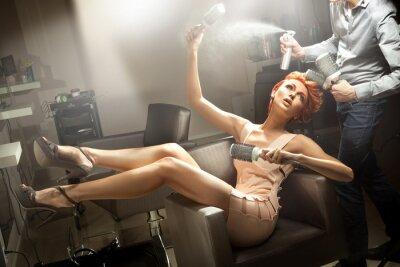 Junge Frau posiert im Zimmer Friseur