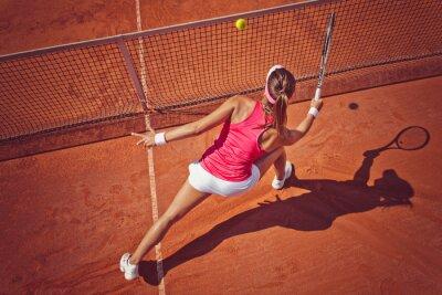 Bild Junge Frau spielt tennis.High Winkel view.Forehand volley.