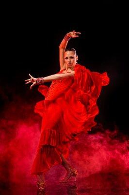 Bild Junge Frau tanzen Latino auf dunklen rauchigen Hintergrund