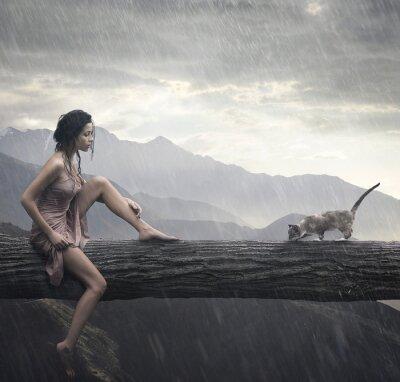 Junge Frau und Katze auf einem Stamm