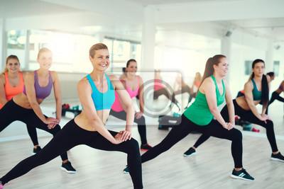 Junge Frauen stretching
