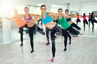 Junge Frauen trainieren synchron