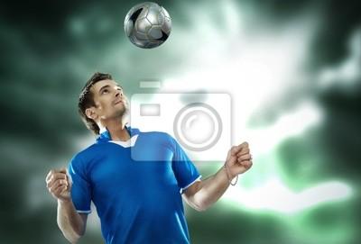 Junge Fußballspieler mit Kugel
