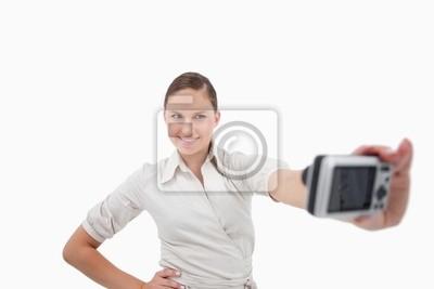 Junge Geschäftsfrau, die ein Bild von sich selbst