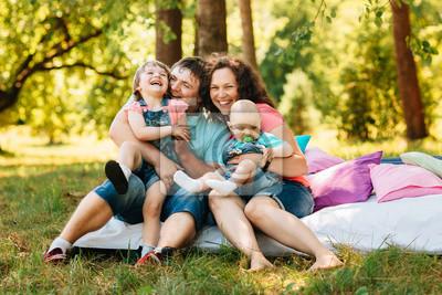 Kinder Picknick Tafel : Junge glückliche familie mit kindern picknick mit farbigen kissen