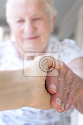 Junge Hand hält die Hand der älteren Dame