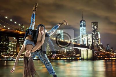 Junge hip hop paar tanzen, über städtischen hintergrund