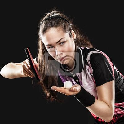 Junge hübsche sportliche Mädchen spielen Tischtennis