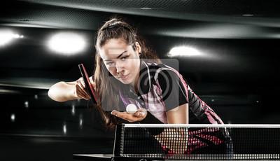 Junge hübsche sportliche Mädchen spielen Tischtennis auf schwarz