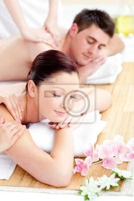 Junge kaukasisch Paar erhält eine Rückenmassage