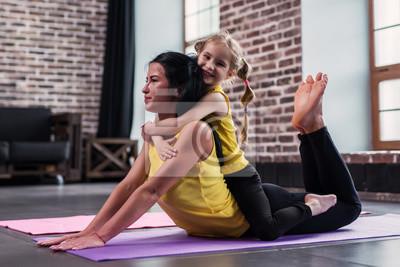 Junge Kaukasischen Mutter Tun Yoga Cobra Pose Auf Dem Boden