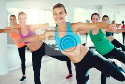 Junge lächelnde Frauen, die Übung zusammen