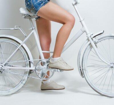 Bild Junge Mädchen reiten ein weißes Weinlesefahrrad