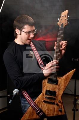 junge männliche spielen in der Studie auf der Gitarre