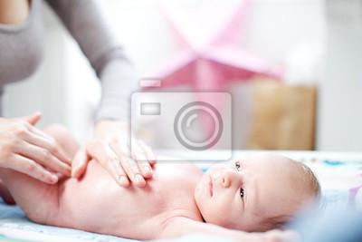 Junge Mutter Anwendung Talk zu einem Baby