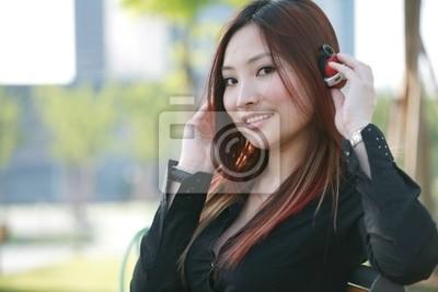 junge schöne asiatische Hören der Musik