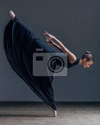 Junge schöne Ballerina posiert im Studio