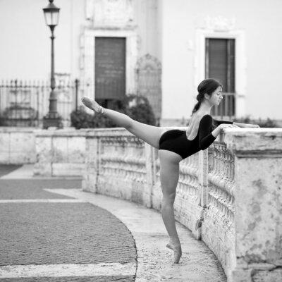 Bild Junge schöne Ballerina tanzt auf der Spanischen Treppe in Rom,