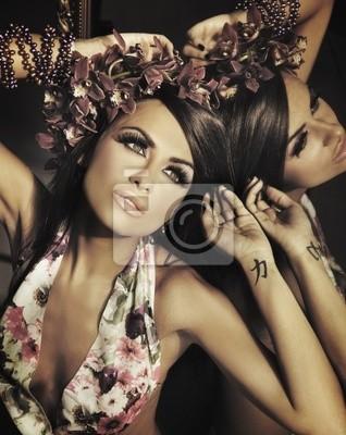 Junge schöne Brünette posiert im Spiegel