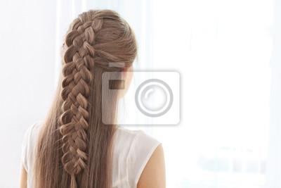 Bild Junge schöne Frau mit schönen Braid Frisur auf hellem Hintergrund