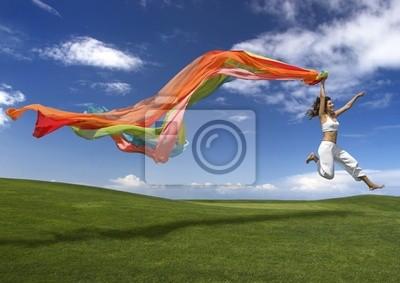 Junge schöne Frau springt mit einem Schal