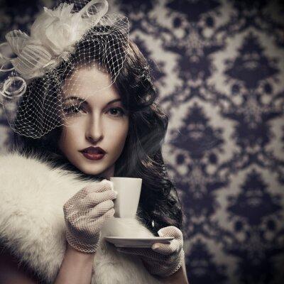 Bild Junge schöne retro Frau Kaffee trinken