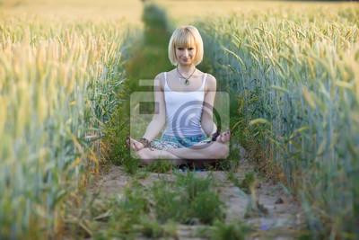 Junge, Schönheit Mädchen sitzen auf dem Weizenfeld
