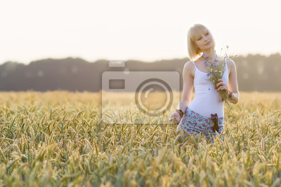 Junge, Schönheit Mädchen zu Fuß in Weizenfeld