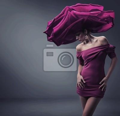 Junge Schönheit trägt Rosen Hut