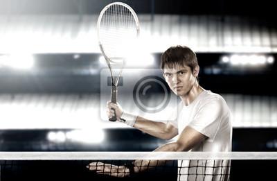 Junge Tennis-Spieler bereit, einen Tennisball getroffen