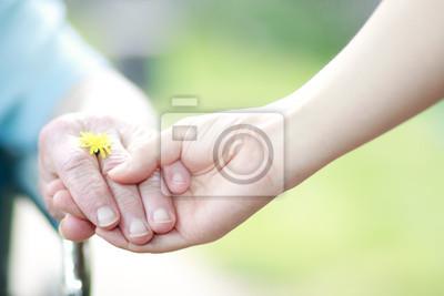 Junge und ältere Frauen in die Hände
