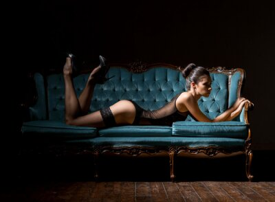 Bild Junge und sexy Frau in Dessous auf einem Vintage-Sofa