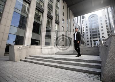 Junger Geschäftsmann in die Arbeit gehen