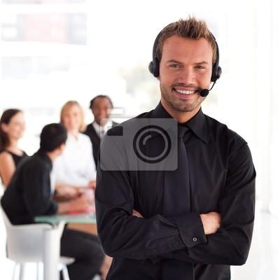 Junger Geschäftsmann mit Headset auf