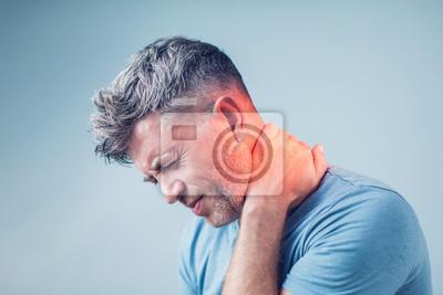 Bild Junger Mann, der unter Nackenschmerzen leidet.