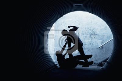 Bild Junger Mann in einem dunklen Tunnel ausgeraubt