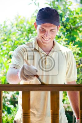 Junger Mann Malerei Holzzaun