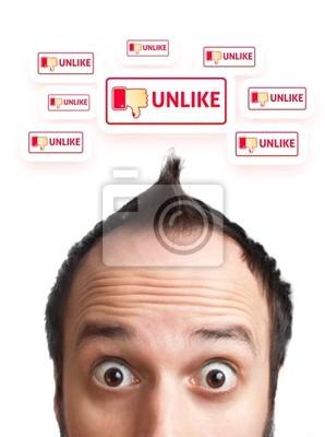 Junger Mann mit UNLIKE Schild über dem Kopf
