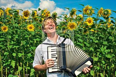 Bild junger Mann mit Ziehharmonika beim Singen