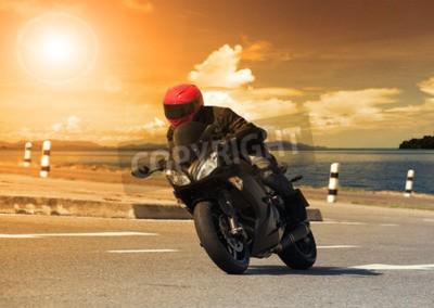 Bild Junger Mann Reiten Big Bike Motorrad gegen scharfe Kurve von Asphalt High Way Road mit ländlichen See Szene Einsatz für männliche Abenteuer Aktivitäten und Motorsport Hobby auf Urlaub Urlaub