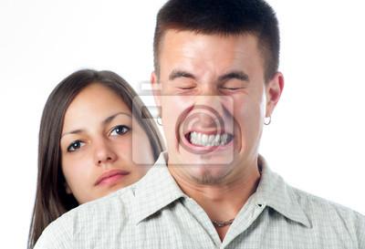 Junger stattlicher Mann verärgert kaufen seine Freundin isoliert auf weiß