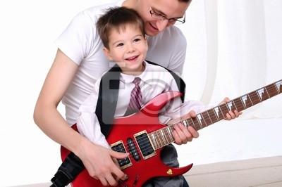 junger Vater lehrt seinen jungen Sohn