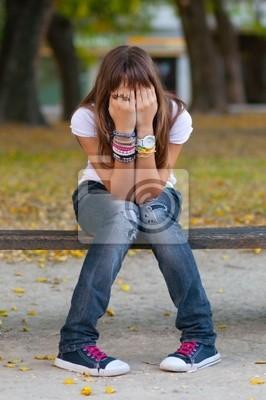 Junges Mädchen im modischen warnen, Jeans