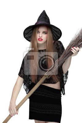 Junges Mädchen in Hexenkostüm mit einem Besen