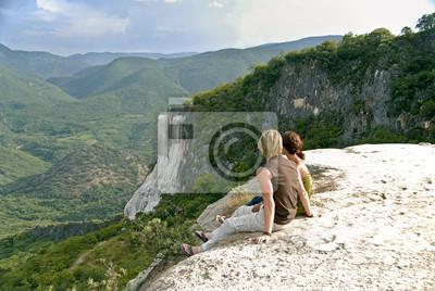 Bild junges Paar sitzt am Aussichtspunkt