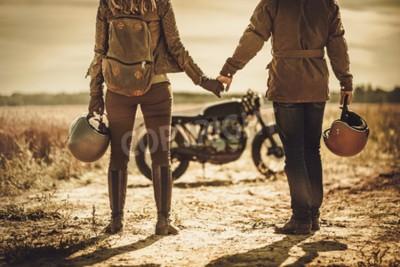 Bild Junges, stilvolles Café-Racer-Paar auf den Vintage Custom Motorrädern in einem Feld.