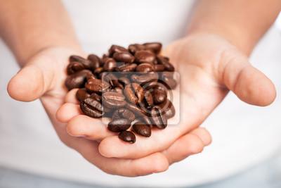 Kaffeebohnen in Kinderhände