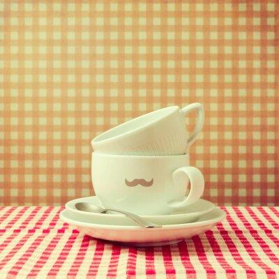 Bild Kaffeetassen mit Hipster-Schnurrbart auf kariertem Tischtuch